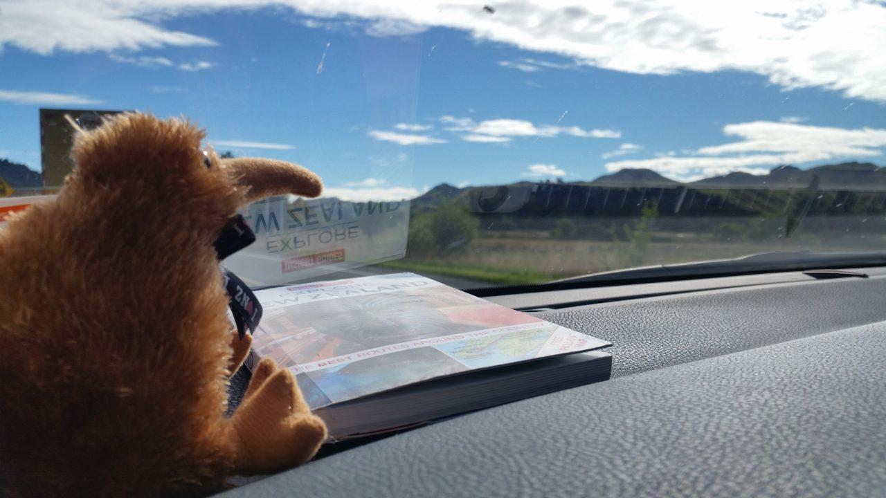 Knižka Explore New Zealand a náš spolucestovateľ kivák ;) sme pripravený vyraziť